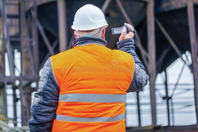 Ingeniero filmado con la videocámara en fábrica fotografía de archivo