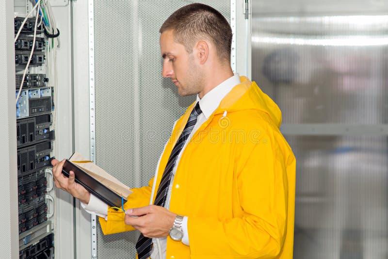 Ingeniero hermoso joven del hombre de negocios en sitio del servidor del datacenter foto de archivo libre de regalías