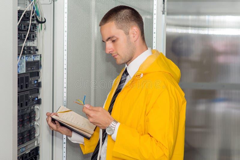 Ingeniero hermoso joven del hombre de negocios en sitio del servidor del datacenter fotografía de archivo