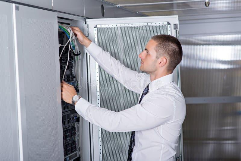 Ingeniero hermoso joven del hombre de negocios en sitio del servidor del datacenter imágenes de archivo libres de regalías