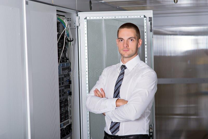 Ingeniero hermoso joven del hombre de negocios en sitio del servidor del datacenter imagen de archivo