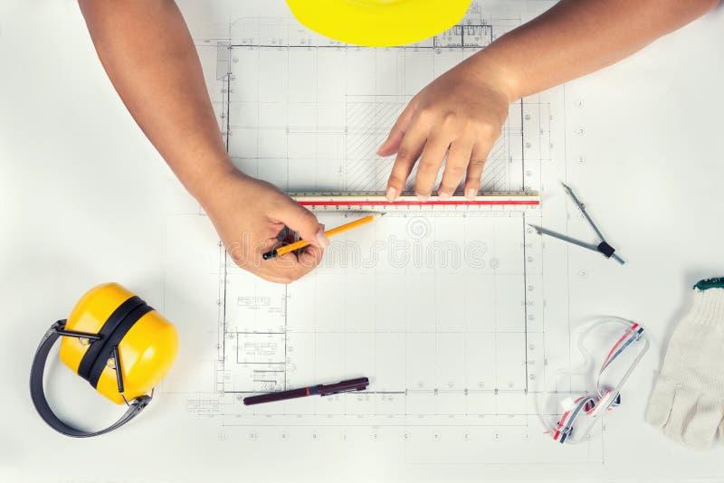 Ingeniero industrial en el trabajo Gráficos técnicos fotografía de archivo libre de regalías