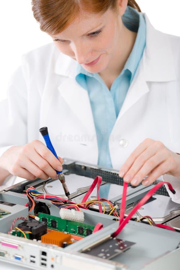 Ingeniero informático de sexo femenino de la ayuda - reparación de la mujer fotos de archivo
