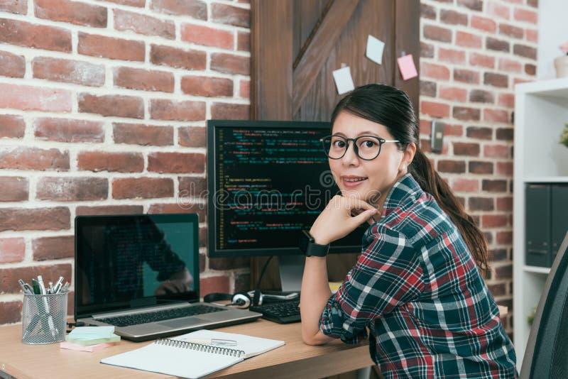 Ingeniero informático profesional de la mujer joven fotografía de archivo libre de regalías