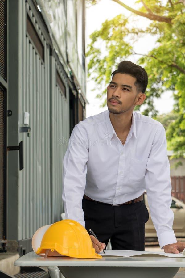 Ingeniero joven del hombre de Asia imagen de archivo libre de regalías