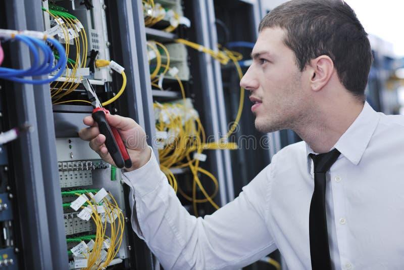 Ingeniero joven en sitio del servidor del datacenter imagenes de archivo
