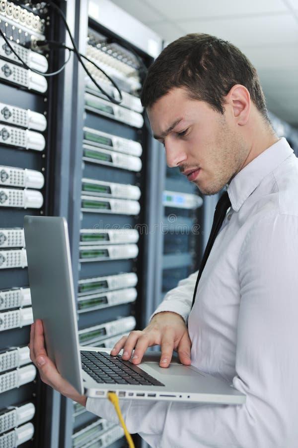 Ingeniero joven en sitio del servidor del datacenter