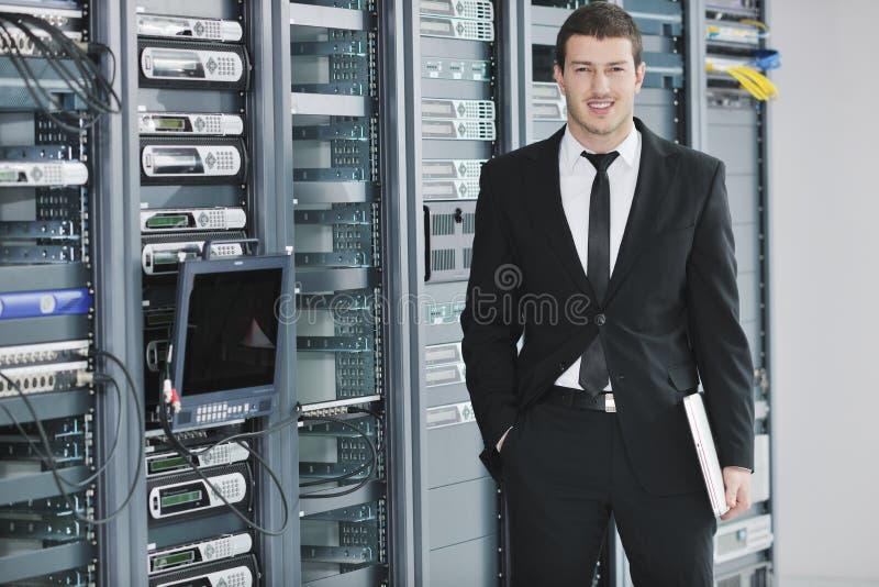 Ingeniero joven en sitio del servidor del datacenter imágenes de archivo libres de regalías