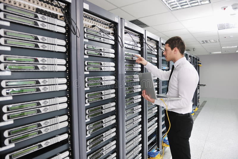 Ingeniero joven en sitio del servidor del datacenter fotos de archivo