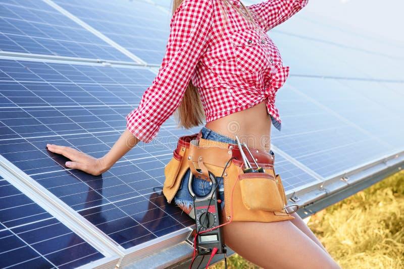 Ingeniero joven hermoso cerca de los paneles solares fotografía de archivo libre de regalías