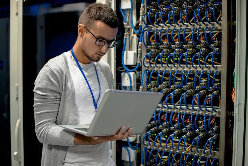 Ingeniero joven Managing Supercomputer Servers fotos de archivo libres de regalías