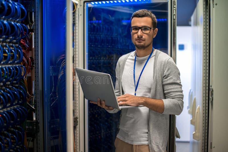 Ingeniero Managing Servers de la red imágenes de archivo libres de regalías
