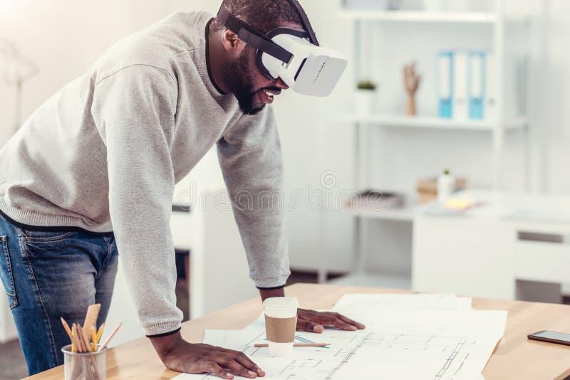 Ingeniero milenario que intenta en gafas de VR en el trabajo imagen de archivo