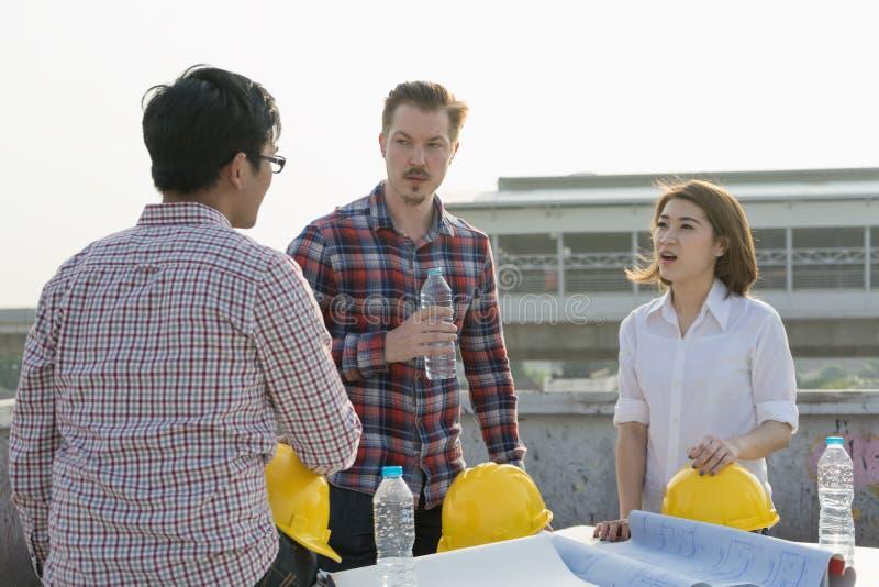 Ingeniero multiétnico o reunión del grupo y del trabajador de contratista, discusión fotografía de archivo libre de regalías