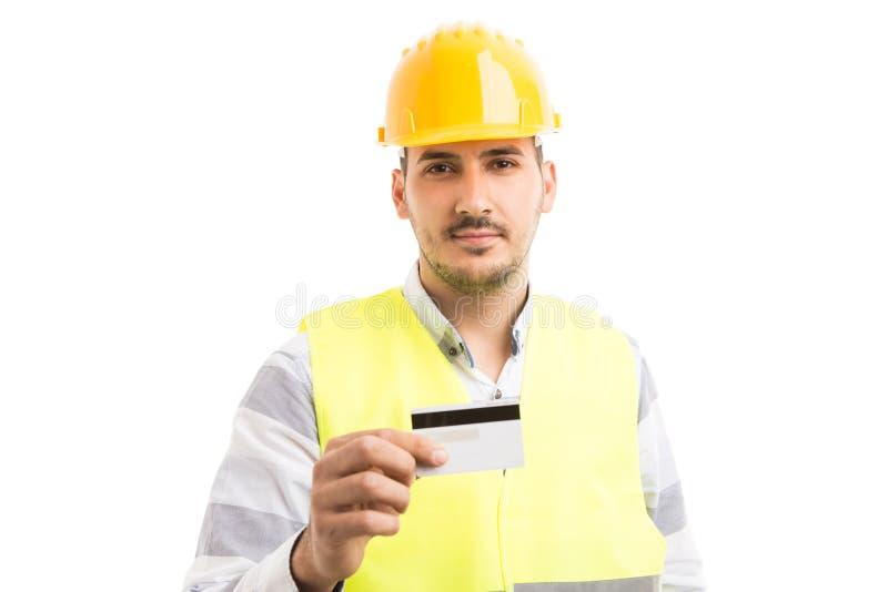 Ingeniero o constructor profesional que celebra mostrar la tarjeta de crédito foto de archivo libre de regalías