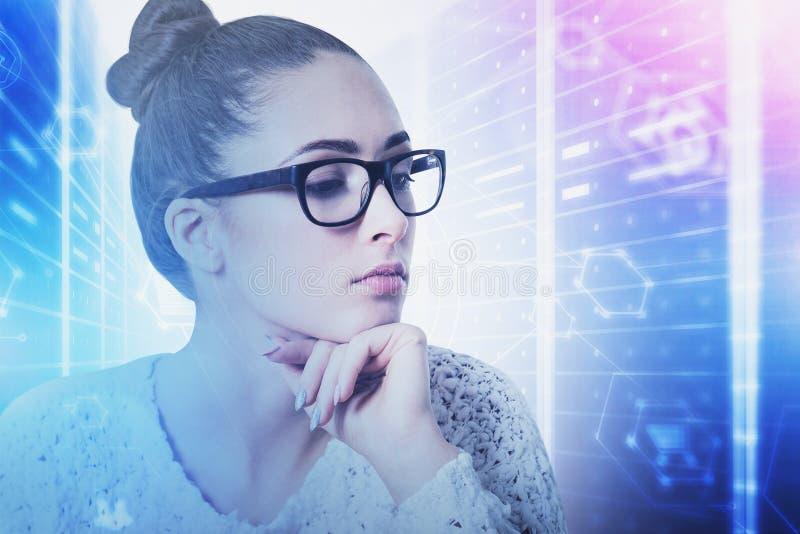 Ingeniero pensativo de la mujer en sitio del servidor imagen de archivo