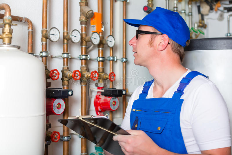 Ingeniero que controla el sistema de calefacción fotografía de archivo