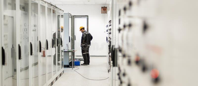 Ingeniero que encarga la unidad de control de la bahía Oficina técnica foto de archivo libre de regalías