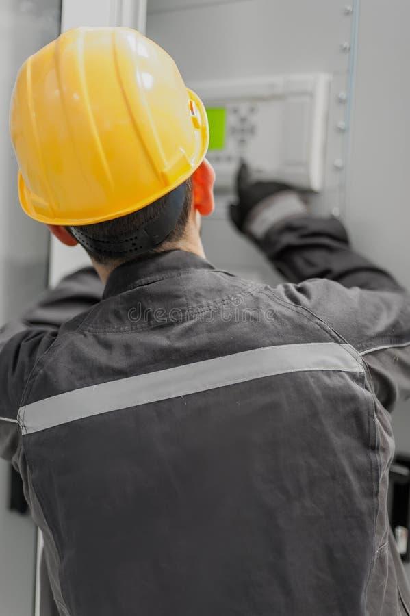 Ingeniero que encarga la unidad de control de la bahía Oficina técnica fotografía de archivo libre de regalías