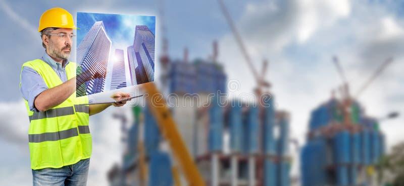 Ingeniero que toca el holograma del rascacielos fotografía de archivo
