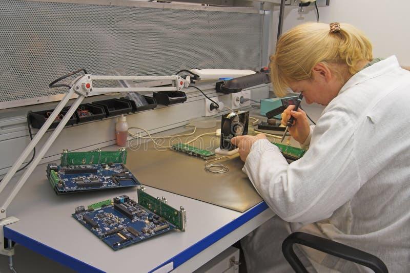 Ingeniero que trabaja con los circuitos fotos de archivo