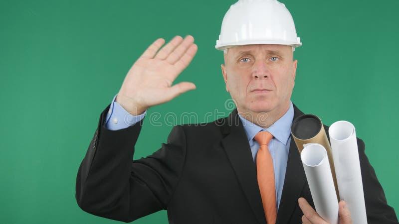 Ingeniero serio Make Salute Gestures con la pantalla verde en fondo fotos de archivo