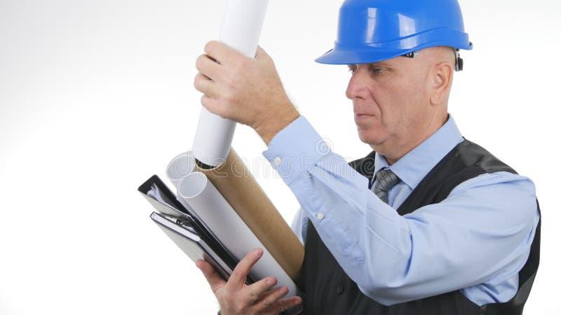 Ingeniero serio Working con planes en el fondo blanco imagen de archivo