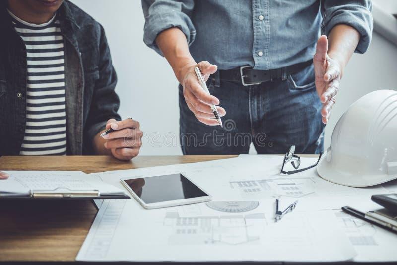 Ingeniero Teamwork Meeting de la arquitectura, dibujando y trabajando para las herramientas arquitect?nicas del proyecto y de la  fotografía de archivo libre de regalías