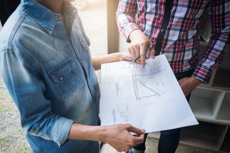 Ingeniero Teamwork Meeting de la arquitectura, dibujo y funcionamiento para imagen de archivo libre de regalías