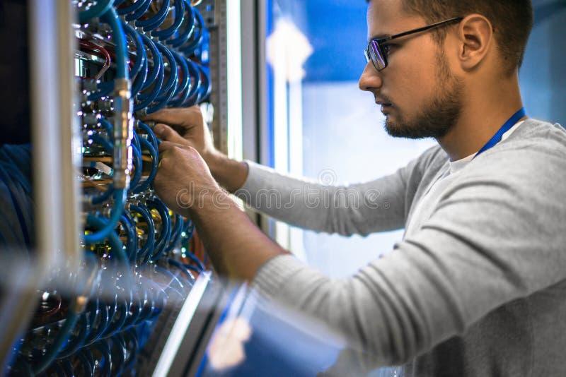 Ingeniero Working con los servidores fotografía de archivo