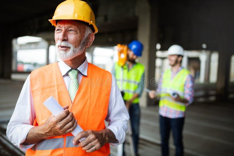 Ingeniero y administrador del sitio de la construcción que se ocupa de los modelos y de los planes fotos de archivo