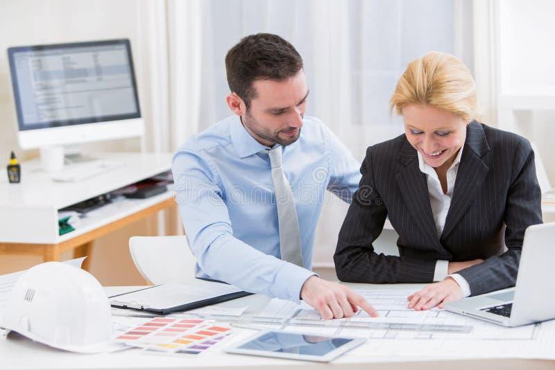 Ingeniero y arquitecto que trabajan en la oficina imagen for Ingeniero arquitecto