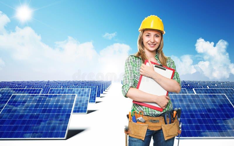Ingeniero y el panel solar foto de archivo libre de regalías