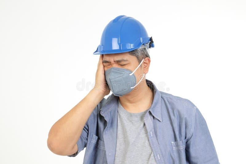 Ingenieros asiáticos con máscaras de polvo y virus covid-19 fotografía de archivo libre de regalías