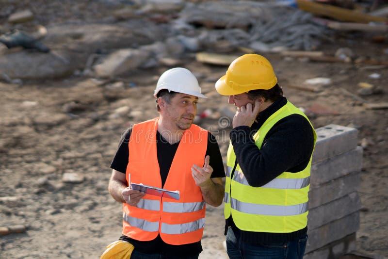 Ingenieros civiles en el trabajo sobre emplazamiento de la obra fotos de archivo libres de regalías