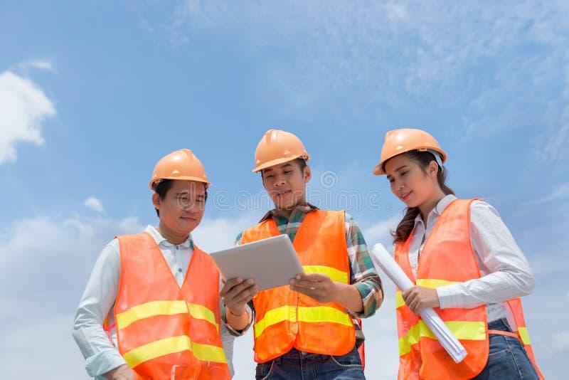 Ingenieros con la tableta digital imagenes de archivo