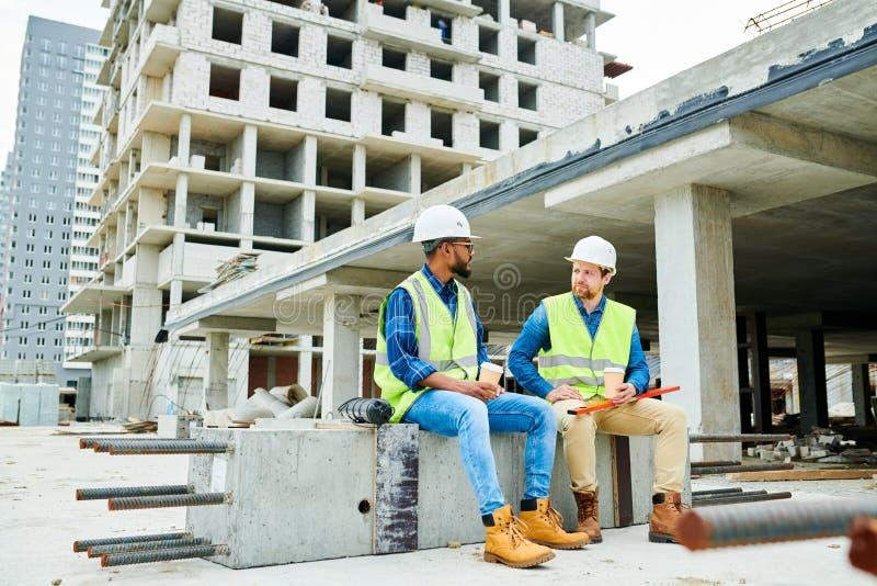 Ingenieros de construcción que descansan y que charlan fotografía de archivo