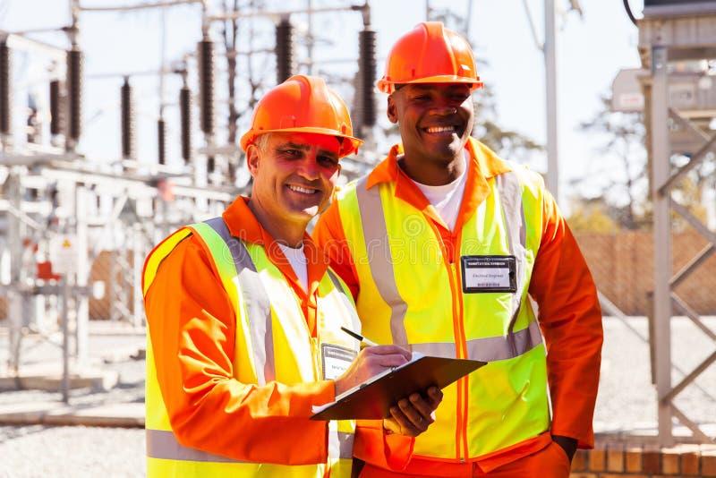 Ingenieros de la empresa eléctrica imagen de archivo