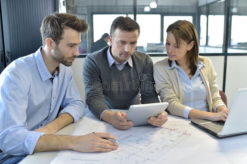 Ingenieros de la reunión de negocios en la oficina imagenes de archivo