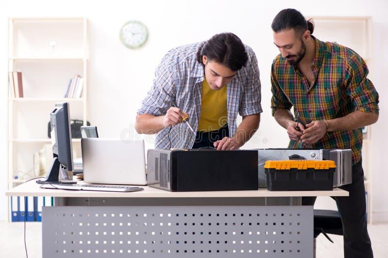 Ingenieros de las TIC que trabajan en problema del hardware imagen de archivo