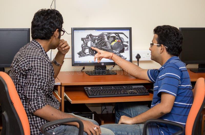 Ingenieros que diseñan en el ordenador foto de archivo libre de regalías