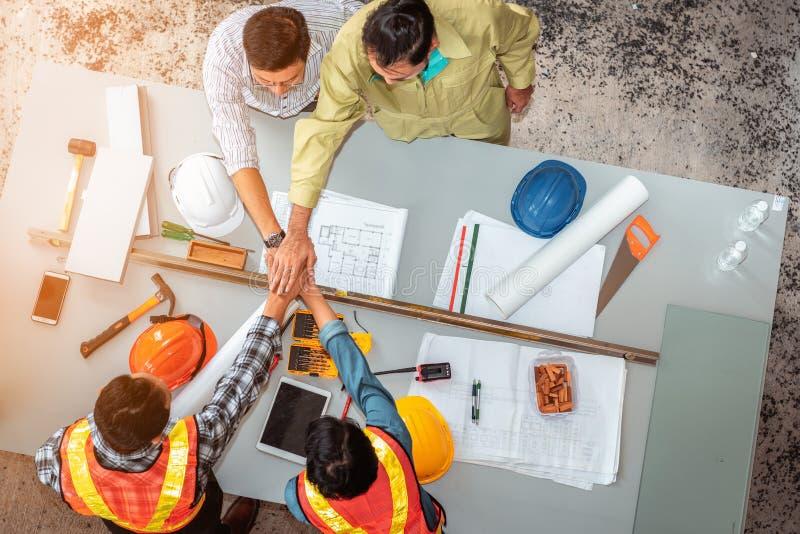 Ingenieros y apretón de manos que se une a de la arquitectura junto después de la reunión fotografía de archivo libre de regalías