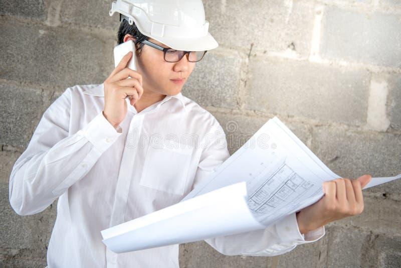 Ingenieur of Architect die architecturale tekening controleren stock foto