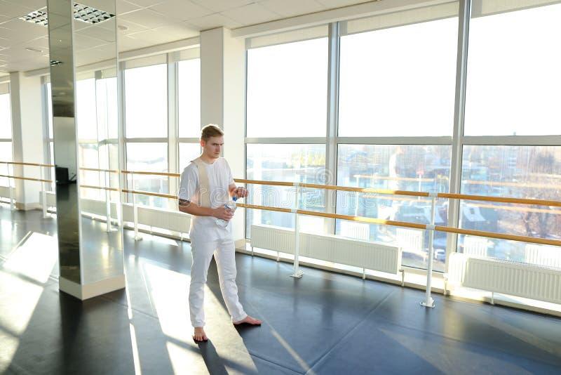 Ingenieur, beim Sportkleidungsschaukeln drücken Sporthalle ein stockbilder