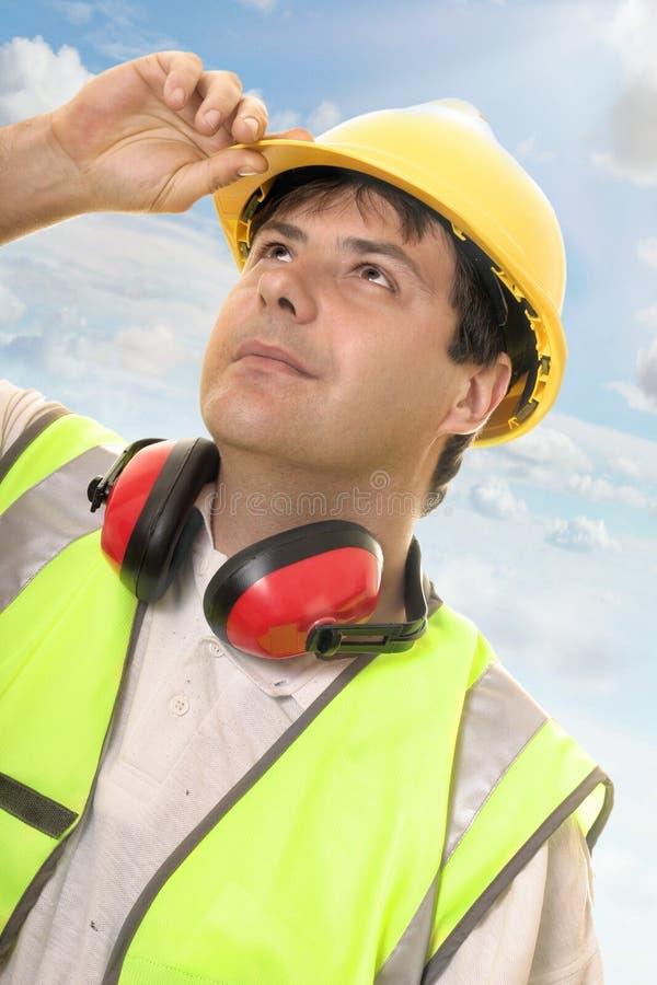 Ingenieur of bouwer die omhoog vooruitgang bekijken stock fotografie