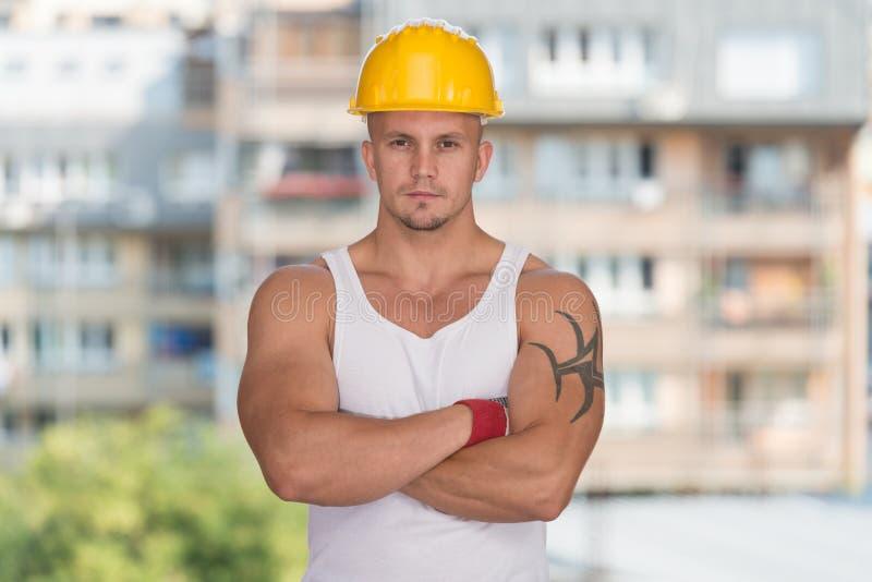 Ingenieur Construction Wearing ein gelber Sturzhelm lizenzfreie stockfotos