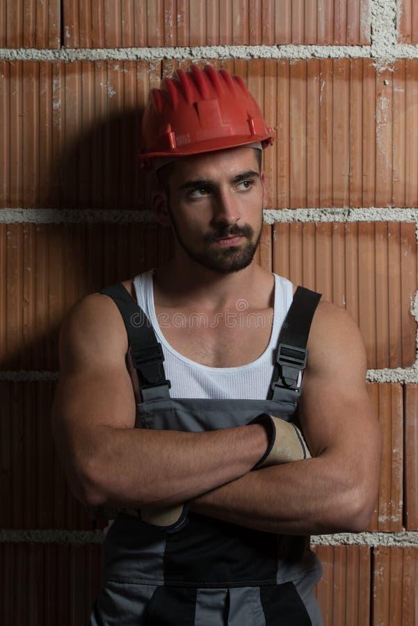 Ingenieur Construction Wearing ein roter Sturzhelm stockfotos