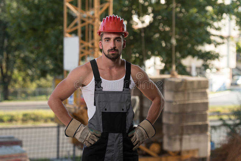 Ingenieur Construction Wearing ein roter Sturzhelm lizenzfreie stockfotografie