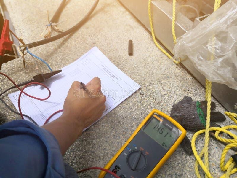 Ingenieur, der überprüfen oder Inspektionsisolationswiderstand, der auf elektrischem Draht misst lizenzfreie stockbilder
