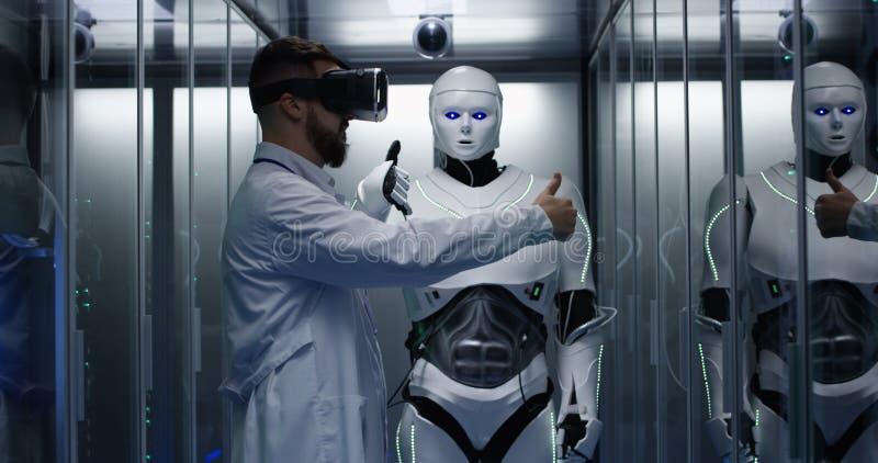 Ingenieur, der auf Roboterkontrollen prüft stockbild